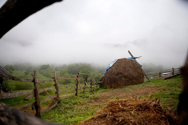 Selo Lončare smješteno je na preko hiljadu metara nadmorske visine tik ispod obronaka istoimene planine, udaljeno četrdesetak kilometara od središta Gacka, od čega je polovina puta makadam, na pojedinim mjestima u veoma lošem stanju, čak i uz prijetnju obrušavanja usljed klizišta na dijelovima.  ( Emre Baştuğ - Anadolu Agency )